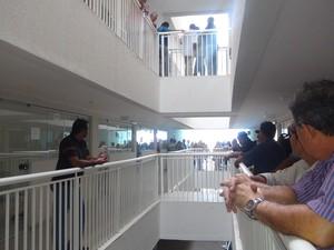 Servidores públicos federais e índios ocuparam vários andares do prédio do Ministério da Saúde em Maceió (Foto: Cortesia/Roberto Miranda)