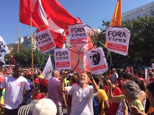 Grupo faz protesto em Copacabana contra o presidente Michel Temer (Foto: Henrique Coelho / G1)