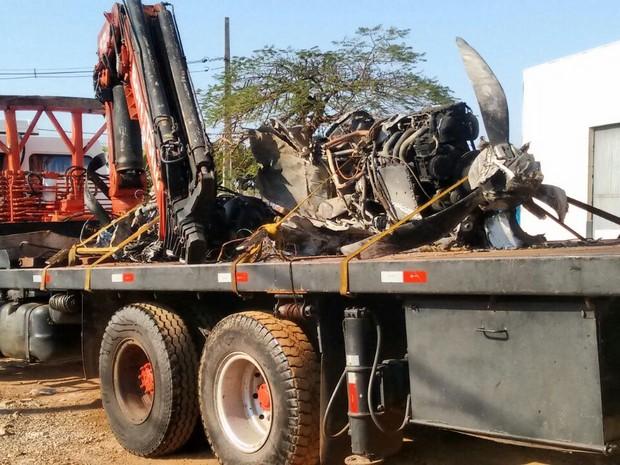 Peças do avião que caiu em Cambé (PR) matando oito pessoas são recolhidas para serem examinadas (Foto: Junior Evangelista/RPC)