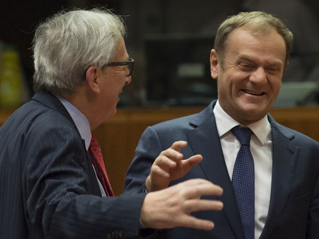 Presidente da Comissão Europeia, Jean-Claude Juncker, conversa com o presidente do Conselho Europeu, Donald Tusk, conversam durante cúpula em Bruxelas nesta sexta-feira (18) (Foto: John Thys / AFP )