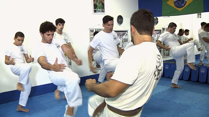 Brucce Cabral aaprende as técnicas e estratégias do Krav Maga (Foto: TV Sergipe)