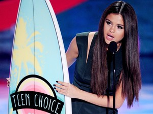 Selena Gomez recebe prêmio durante o Teen Choice Awards 2013, neste domingo (11), na Califórnia (Foto: Kevin Winter/Getty Images/AFP )