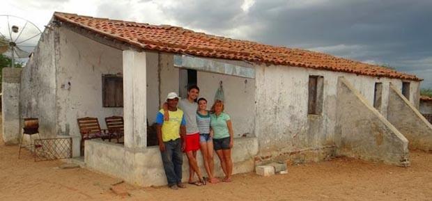 José Orlando com a família no sítio Umari, onde reside em Caicó, RN (Foto: Jair Sampaio)
