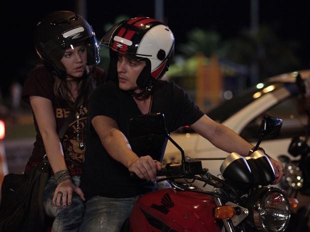 Vitor é parado em blitz e Lia pergunta se ele tem algum flagrante (Foto: Malhação / Tv Globo)