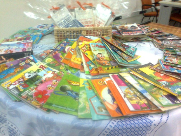 Além de livros, cerca de 100 gibis também estão disponíveis para troca.  (Foto: Carlos Alberto Soares / TV Tem)