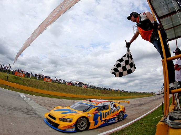 Thiago Camilo recebe a bandeirada na primeira corrida da Stock em Santa Cruz do Sul (Foto: Divulgação)