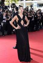 Première em Cannes reúne tops e atrizes com looks sexy