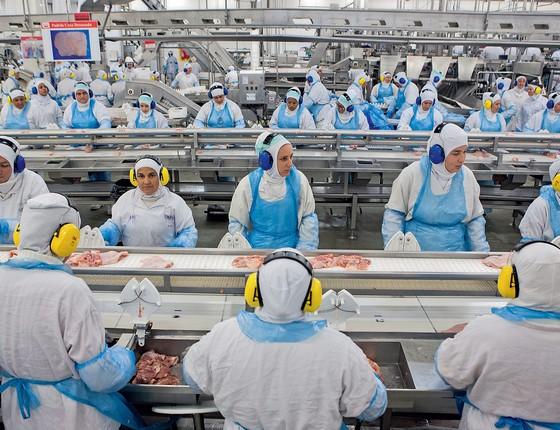 Linha de produção da JBS Friboi no Paraná (Foto: RODRIGO FONSECA/AFP)