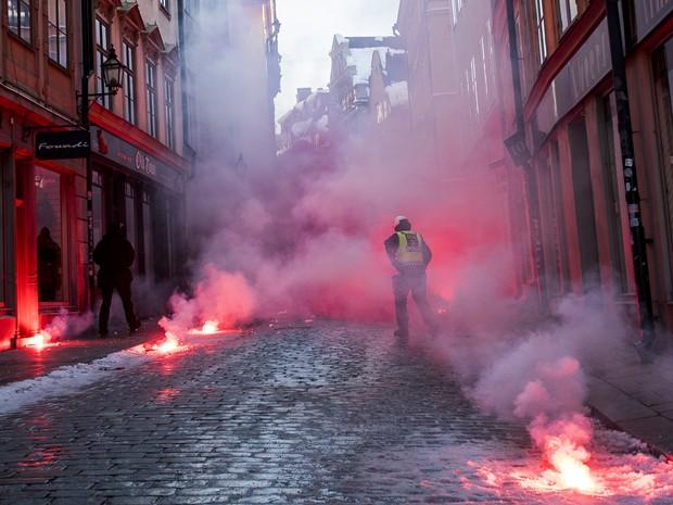 Ruas em Estocolmo são tomadas por sinalizadores durante confronto em protesto neonazista (Foto: Jonathan Nackstrand/AFP)