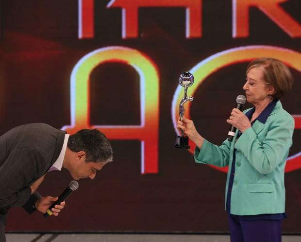 William Bonner recebe prêmio das mãos de Fernanda Montenegro (Foto: Carol Caminha / Gshow)