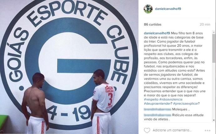 Atletas do Vila provocam Goiás com foto em que urinam no escudo do rival e6785a7651f8d