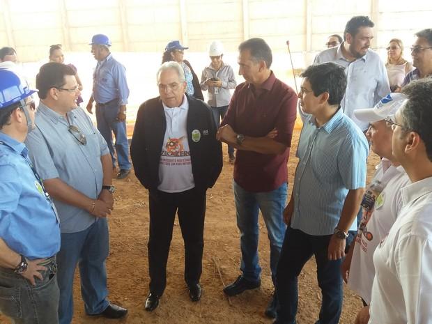 Presidente da Infraero (centro) e comitiva de políticos visitaram obra no Amapá (Foto: John Pacheco/G1)