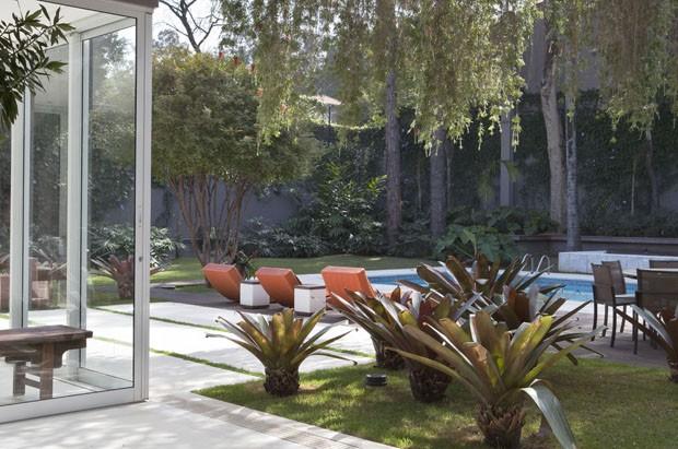 Casa integrada à jardim de bromélias e repleta de obras de arte (Foto: Divulgação)