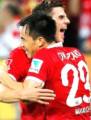 Shinji Okazaki, comemora gol do Mainz contra o Borussia Dortmund (Foto: Agência AP)