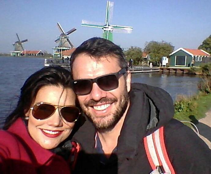 Mariana e Daniel passeando por Zaanse Schans, na Holanda (Foto: Arquivo Pessoal)