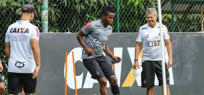 Cazares é observado pelo preparador físico Carlinhos Neves (Foto: Bruno Cantini / Flickr do Atlético-MG)