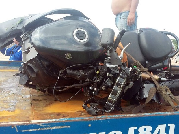 Segundo a PRF, Renato Nery Garcia, de 50 anos, perdeu o controle da motocicleta e caiu em um barranco (Foto: Divulgação/ PRF)