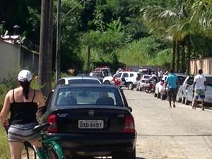 Corpo estava em terreno no fim da rua (Foto: Vanderlei Rodrigues/Vanguarda Reporter)