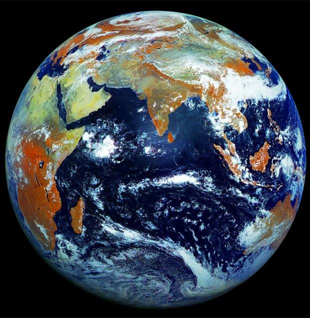 Terra é retratada em imagem com 121 megapixels, a maior já feita em um só clique (Foto: Roscosmos)
