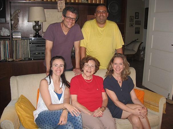 """Nydia Licia entre o elenco da nova montagem de """"Huis-Clos"""" (Foto: Divulgação)"""