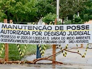 Faixa orientando motoristas sobre decisão judicial que levou ao fechamento de uma rua em Brazlândia, no DF (Foto: TV Globo/Reprodução)