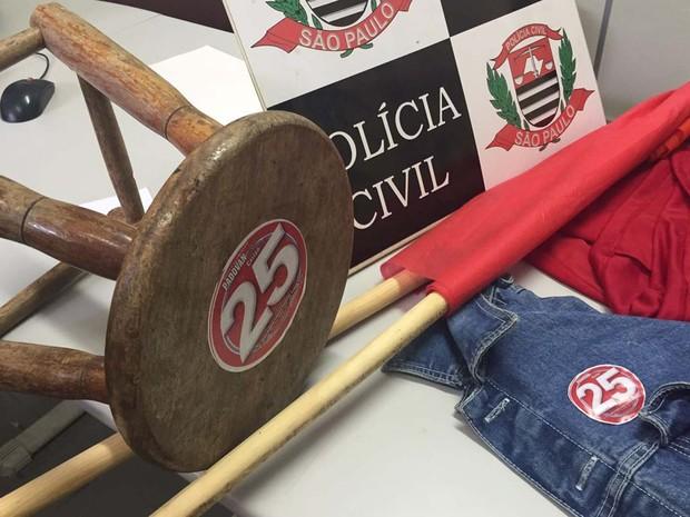 Camisetas com o número de um dos partidos foram apreendidas (Foto: Sandro Bittencourt/TV Fronteira)