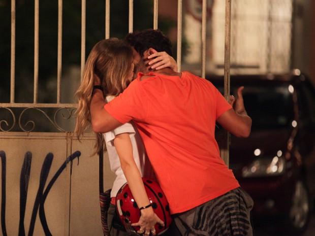 Zenon tasca um beijo em Analú (Foto: Guerra dos Sexos/TV Globo)