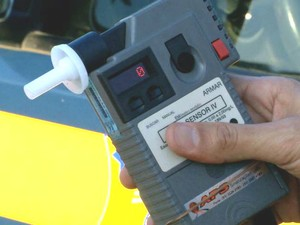 Motoristas abordados fizeram o teste do bafômetro (Foto: Reprodução/ TV Gazeta)