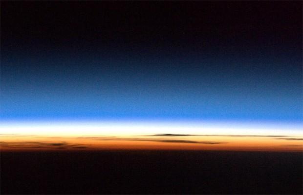Imagem de região da atmosfera da Terra divulgada pelo astronauta (Foto: Reprodução/Twitter/@Cmdr_Hadfield)