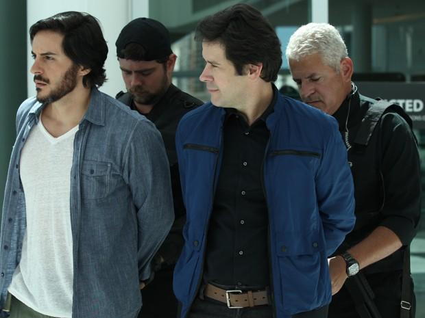 Jonas e Herval são presos pelo FBI (Foto: Carol Caminha/Gshow)