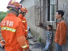Menino é resgatado após entalar cabeça em grade de janela na China