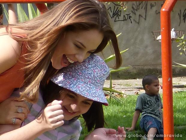 Olha o carinho dessas duas!  (Foto: Amor à Vida/TV Globo)