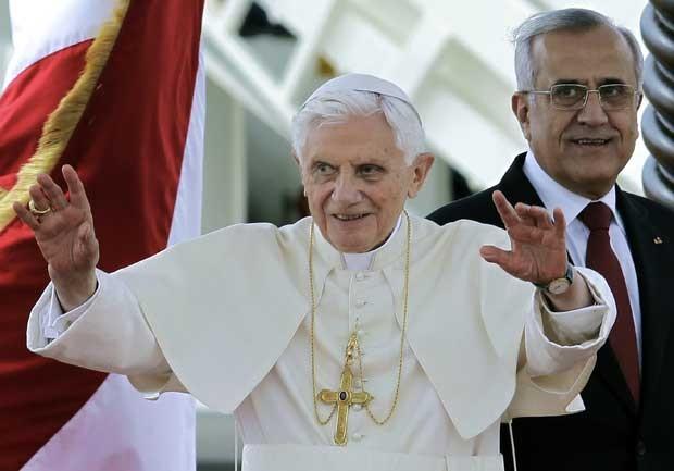 Papa Bento XVI acena ao público ao lado do presidente libanês Michel Suleiman em Beirute nesta sexta-feira (14) (Foto: AP)