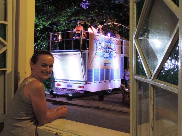 Vanisia  assiste ao Marchódromo da janela, na Freguesia do Ribeirão da Ilha (Foto: Mariana de Ávila/ G1)
