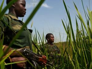 Kanieremervè Uivin e a major Francine Kanier patrulham território controlado pelo grupo Mai Mai Shetani/FDP em Nyamilima. As duas integram a milícia há um ano (Foto: Francesca Tosarelli)