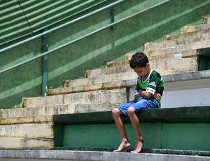 Torcedor triste na Arena Condá acidente Chapecoense
