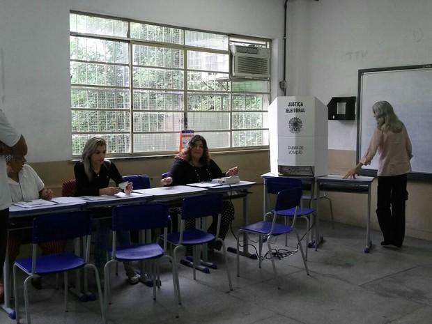 Votação no Colégio Santos Dumont, no bairro Niterói, em Volta Redonda (Foto: Renata Loures/TV Rio Sul)