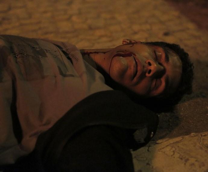 Ivan fica desacordado após ser atropelado (Foto: Fábio Rocha/Gshow)