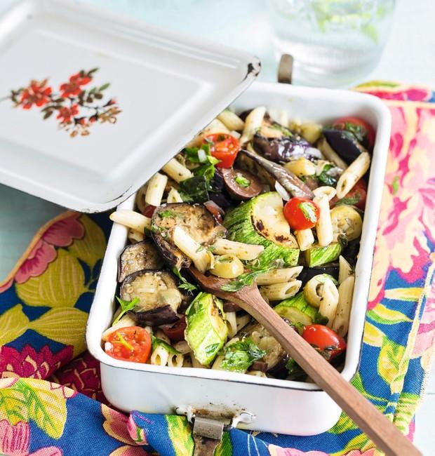 Salada de macarrão, berinjela e abobrinha (Foto: Elisa Correa / Editora Globo)