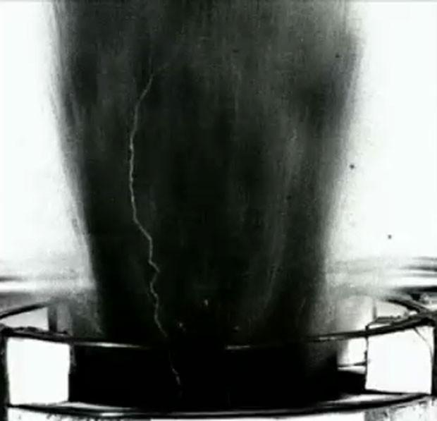 Cientistas conseguiram reproduzir raios em meio à coluna de fumaça no laboratório (Foto: BBC)