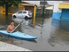 Morador do litoral de SP aproveita enchente para andar de caiaque; veja