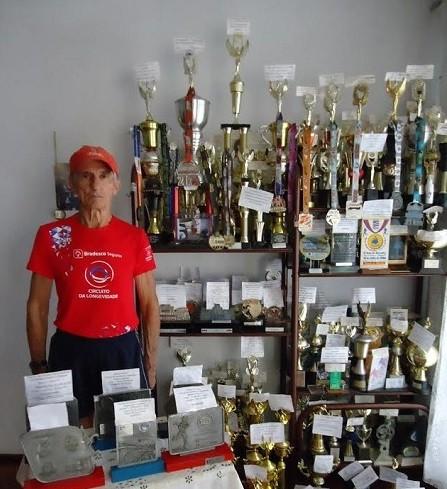 Lucas exibe sua coleção de trofeus