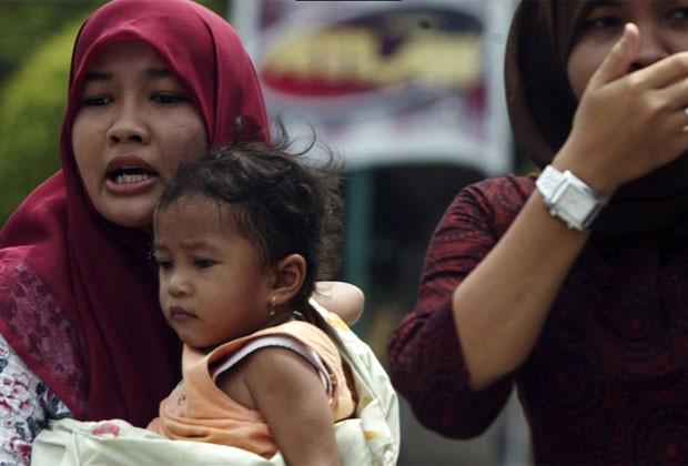 Mulher com sua filha na Indonésia em foto de 2010 (Foto: AP)