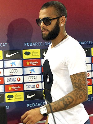 Daniel Alves na coletiva do Barcelona (Foto: EFE)