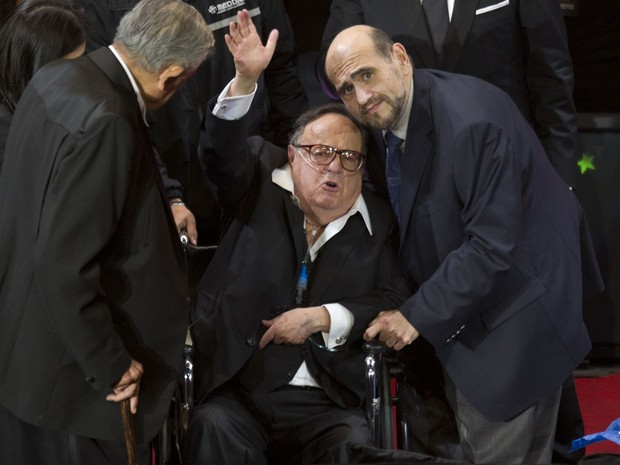 Roberto Bolaños, o Chaves, e Edgar Vivar, o Sr. Barriga, em encontro no Auditório Nacional da Cidade do México, em fevereiro de 2012 (Foto: Eduardo Verdugo/AP)