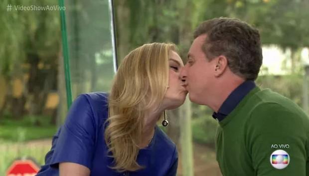 Angélica e Luciano Huck se beijam na bancada do Video Show (Foto: Reprodução/Globo)