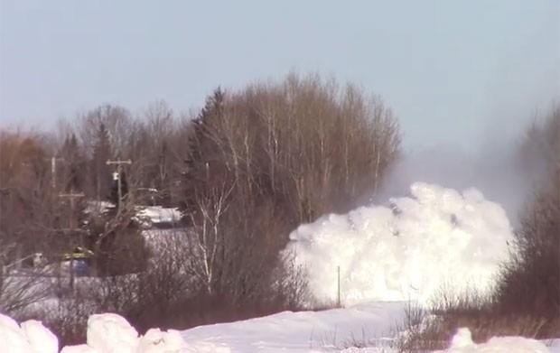Trem enfrentou 'paredão de neve' em ferrovia no Canadá (Foto: Reprodução/YouTube/Containerman2)