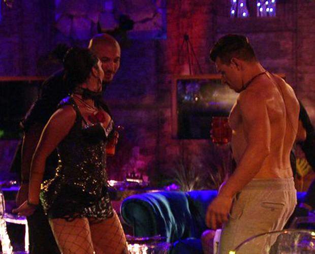 Amanda joga seu charme para Fernando na Festa Magia (Foto: Gshow)