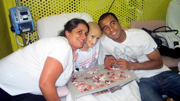 lucas são paulo visita crianças com câncer  (Foto: Marcelo Prado/Globoesporte.com)