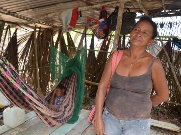 Três dos 14 filhos de Maria vivem com ela no barraco (Foto: Genival Moura/G1)